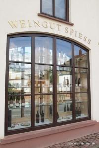 Schaufenster mit den Weinen vom Weingut Spiess