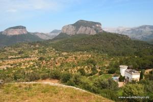 Blick auf die Burg von Castell Miquel und interessante Bergformationen