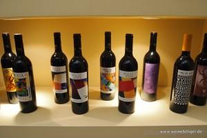Künstlerisch gestaltete Weinetiketten sind das Markenzeichen von Macia Batle